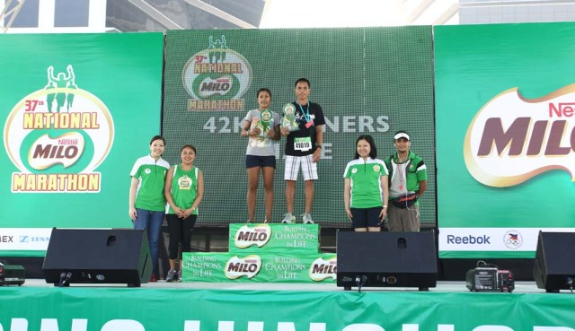 42K Male and Female Winner with MILO Executives at the Manila Eliminations of the 37th National MILO Marathon